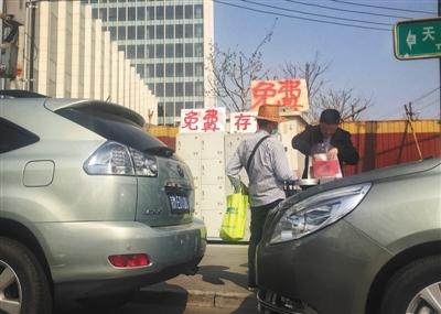"""北京:使馆外有人私设""""存包处""""月入六七千"""