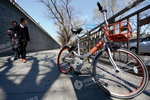 p48-4在禁止停放共享单车的南北长街,记者发现一辆违规停放的车辆。《中国经济周刊》记者随即向平台举报,但一小时后,通过App 发现该违规单车仍未被清理走。