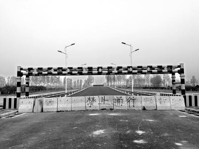 南阳博望白河大桥建成两年不投用 村民建简易桥过河收费