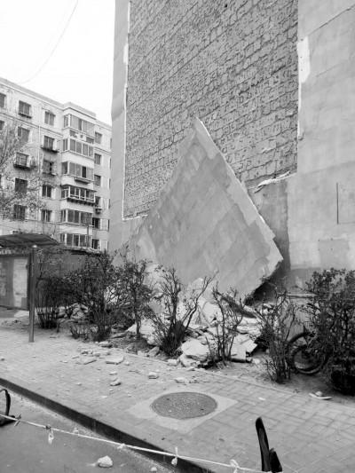 沈阳东陵西路北侧一小区内近百平方米墙皮突然掉落 自行车被埋幸无伤亡