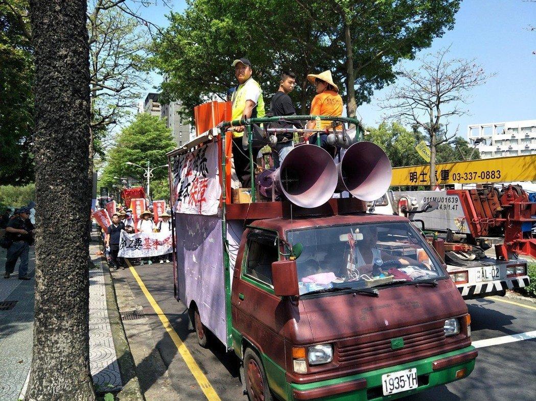 台湾劳工团体为争年金保障 劳动节上街游行呛蔡英文