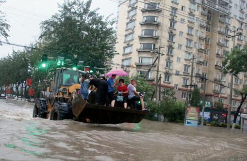 p49-2由于基础设施较差,大雨过后燕郊的多条马路曾多次淹成汪洋一片,人们把铲车当做摆渡船使用。