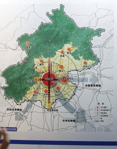 p55-2017 年 03 月 29 日,北京,新版北京城市总规草案今起在北京市规划展览馆公示,吸引大批市民预约参观。视觉中国