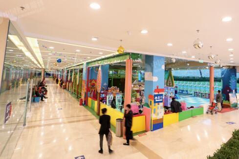 p48-2燕郊一处商贸城的儿童游乐园。虽然燕郊也建设了不少商业设施,但上班族还是更愿意在北京的大商场消费。