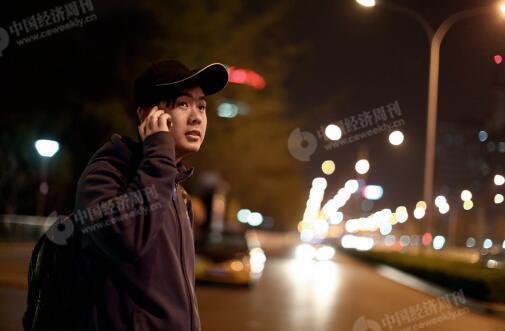 p49-早上七点半,孙先进在燕郊路边等班车到北京去上班,前一天夜里他加班到凌晨一点多才回到家中。