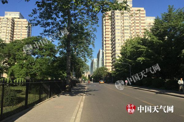 今天北京气温飙至30℃ 空气湿度低炎热感十足