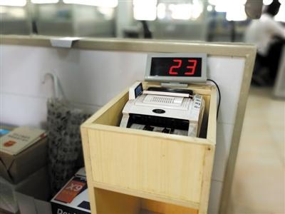 珠海现兑换外币偷钱新套路:点钞机放箱里截留钞票