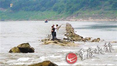 三人饭后相约嘉陵江旁玩水 因江水猛涨被困
