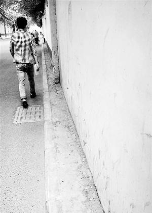 一人行道被批最窄处不足10厘米 人走上去似走杂技