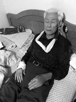 85岁老人随保健公司出游摔伤 律师:可起诉索赔