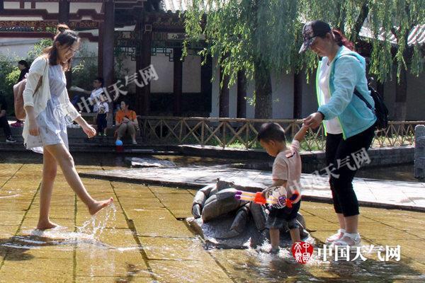 京津冀35℃高温持续 华南沿海局地有暴雨