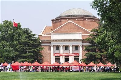 5月20日,清华大学举行校园开放日活动,介绍今年高招政策,进行招生