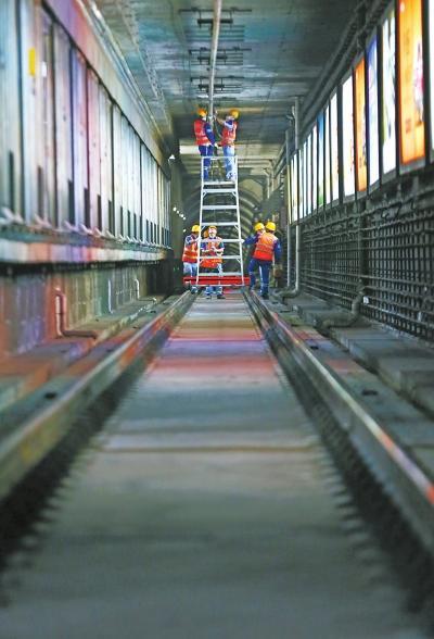 夜访地铁接触网检修工 他们一年大约需要紧固45万颗螺丝