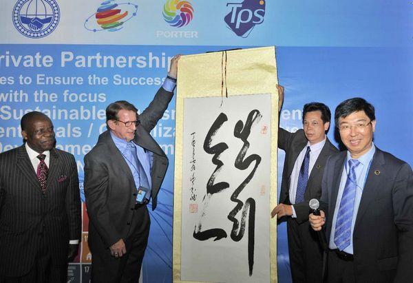 联合国NGO委员会主席Bruce Knotts以及世界发展基金会主席郭咸刚先生与谢金龙合影