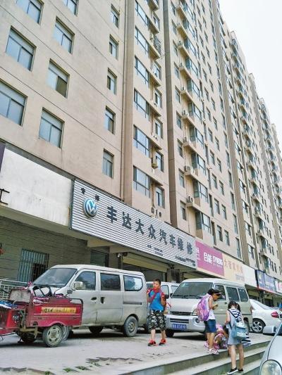 少年被高空坠物砸中眼睛 状告整栋楼300多户居民和物业