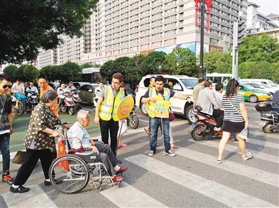 """30名留学生西安街头倡导""""车让人""""市民称赞(图)"""