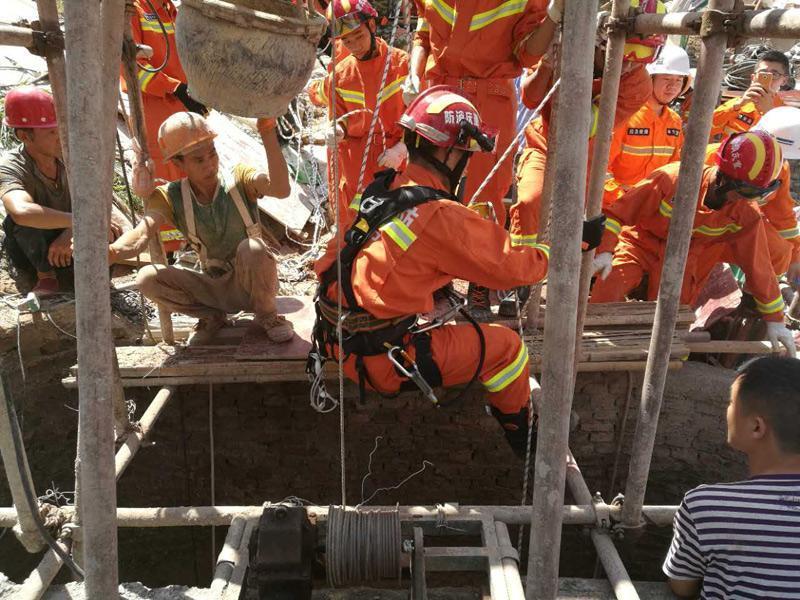 重庆奉节一建筑工地发生地基深井崩塌两名工人被困