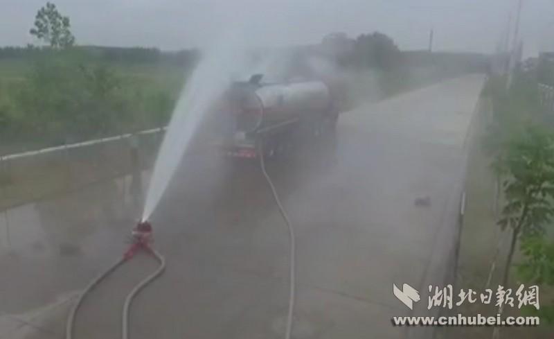 湖北荆州发生三氯丙烯槽罐车泄漏 暂无人受伤