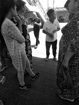 北京黑导游揽客又冒头有保安给游客指路黑导游