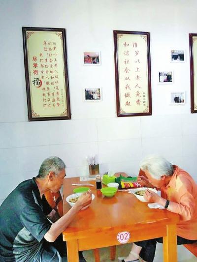 小伙荣登中国好人榜7年坚持为老人提供免费餐
