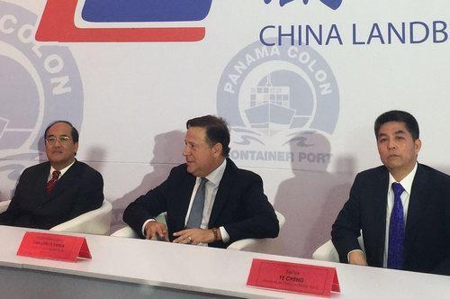 中国巴拿马贸易发展办事处代表王卫华、巴拿马总统巴雷拉和岚桥集团董事长叶成。