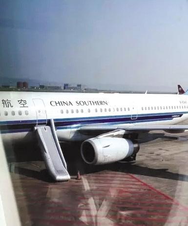 女乘客擅开飞机应急滑梯被拘12天或被索高额赔偿