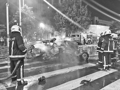 武汉一轿车路口失控引发6车连环撞致2人死4人伤