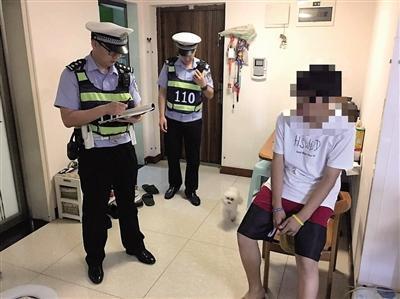 民警在小龙家里了解情况。本报记者 甘侠义 摄
