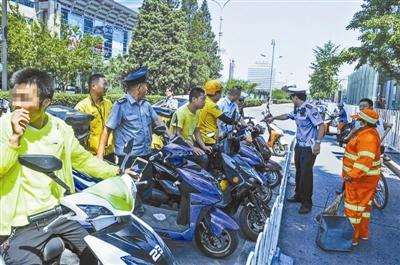 北京交警严查外卖送餐车闯红灯