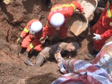 广西百色降雨致山体滑坡一人被埋消防手刨救出