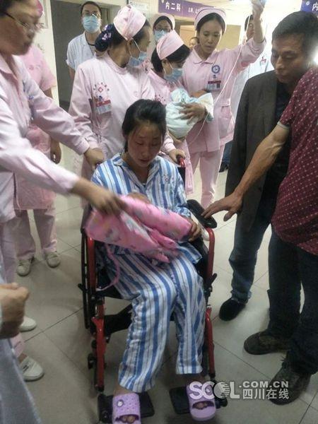 四川茂县山体坍塌灾害中获救一家三口转院到成都