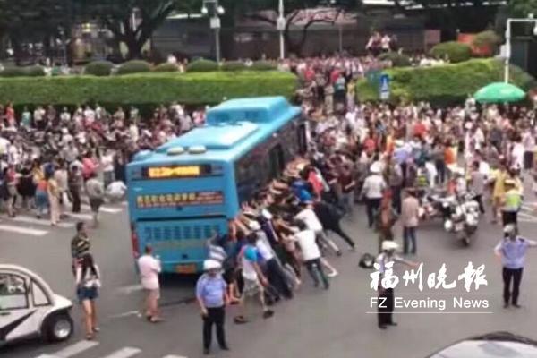 福州闹市一老人被卷公交车底数十路人抬车救人