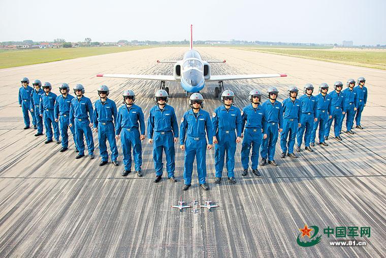"""中国空军首批""""双学籍""""飞行学员走上战位"""