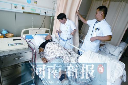 """这位医生被同事说她有点""""二"""" 请假带患者去看病"""