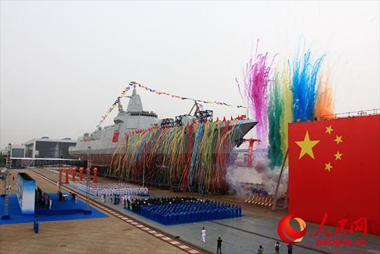 6月28日上午,海军新型万吨级驱逐舰首舰举行下水仪式。