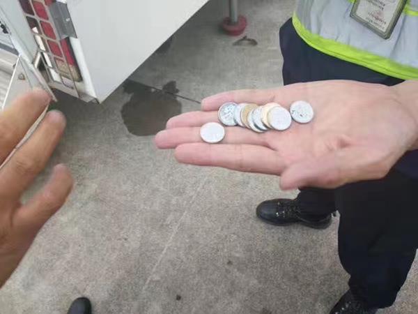 老太往飞机发动机扔硬币未被处理
