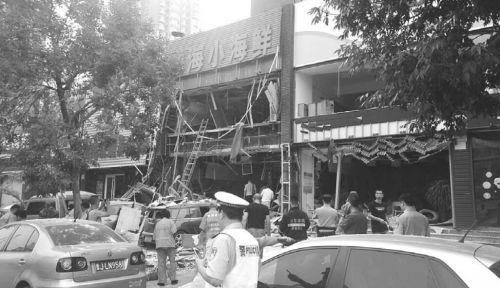 煤气阀门没拧紧济南一饭店门脸被炸飞两人受伤