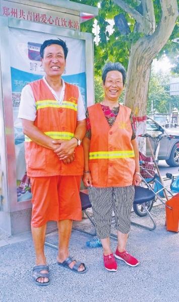 郑州街头环卫工给盲人乞讨者喂饭 温暖一幕感动网友