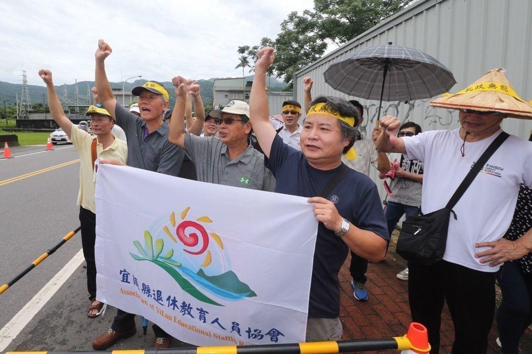 蔡英文日前到宜兰视察,遭抗议年改民众到场呛声。(图片来源:台湾《联合报》)