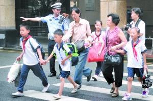 儿童步行未必安全交警:儿童上路要有成人带领