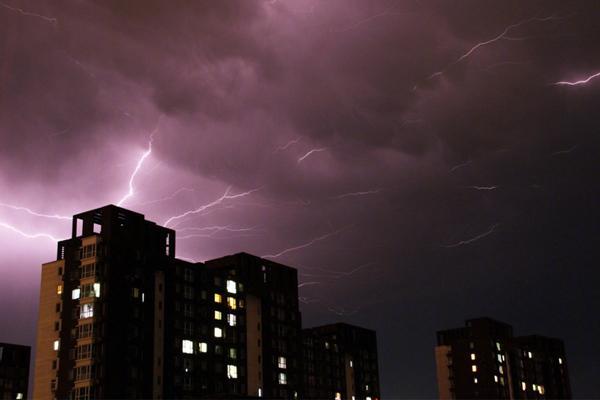 北京昨晚遭飑线袭击 周末闷热多雷雨需防范强对流天气