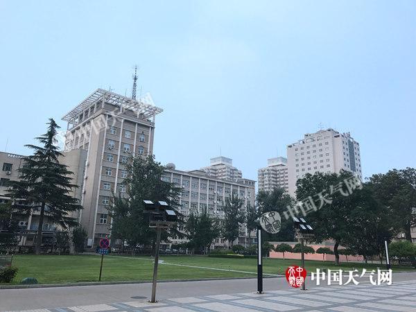 北京闷热有雷雨 高温天气将持续至下周末