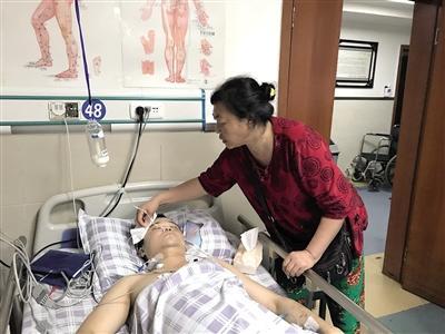 小伙用一条腿救老人一命:唯一反应就是救人