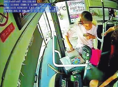11岁女孩趁母亲不备乘公交出走被热心的哥寻回