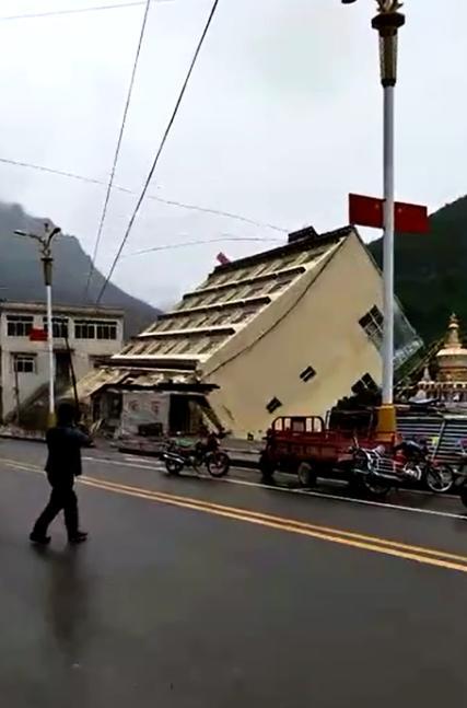 西藏江达县遭强降雨:大货车被冲走整栋楼倒塌