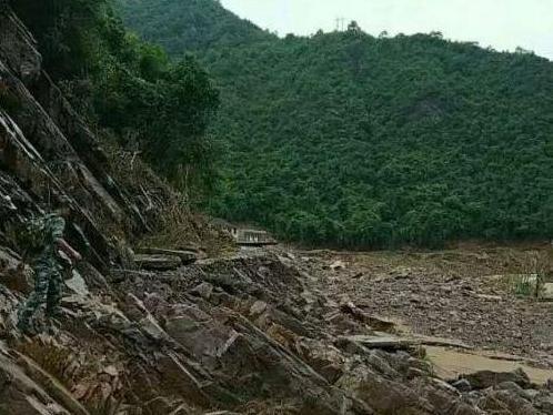 广西昭平七冲村洪水摧毁道路 15名村民一天半修通救援线