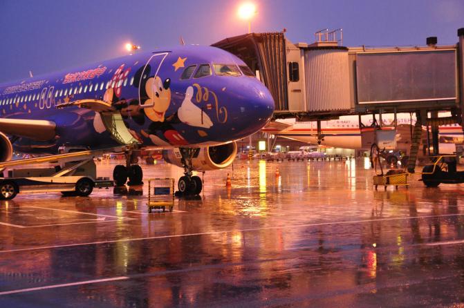 成都机场再遭雷雨困扰 引发大量航班受影响