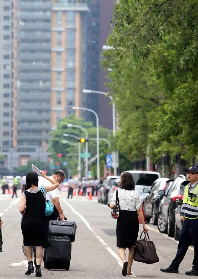 蔡英文出行为避抗议群众 两路口开外就实行交通管制