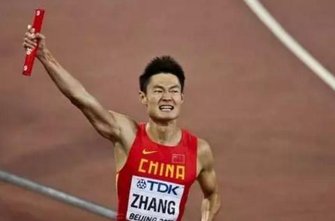 短跑名将张培萌和歼10跑100米瞬间被拉开数米