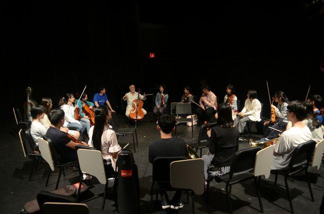 四次格莱美奖获得者伯克利音乐学院大提琴教授尤金・弗里森为学员讲授即兴演奏